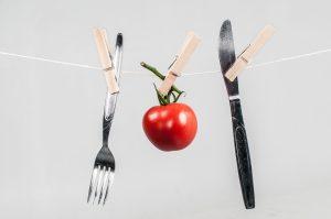 Tomate mit Messer und Gabel an der Leine, Foto: Timo Klostermeier / Pixelio.de